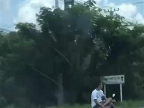高手在民间!泰国男子驾驶本田摩托车,单手控制,还侧身盘腿驾驶