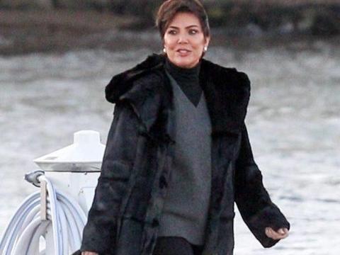 卡戴珊老妈克里斯·詹娜穿黑色皮草,参加詹妮弗·劳伦斯婚礼晚宴