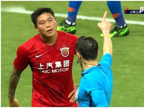 这是在干嘛?蒿俊闵被投诉手球之后,蔡慧康用手捂嘴同裁判耳语!