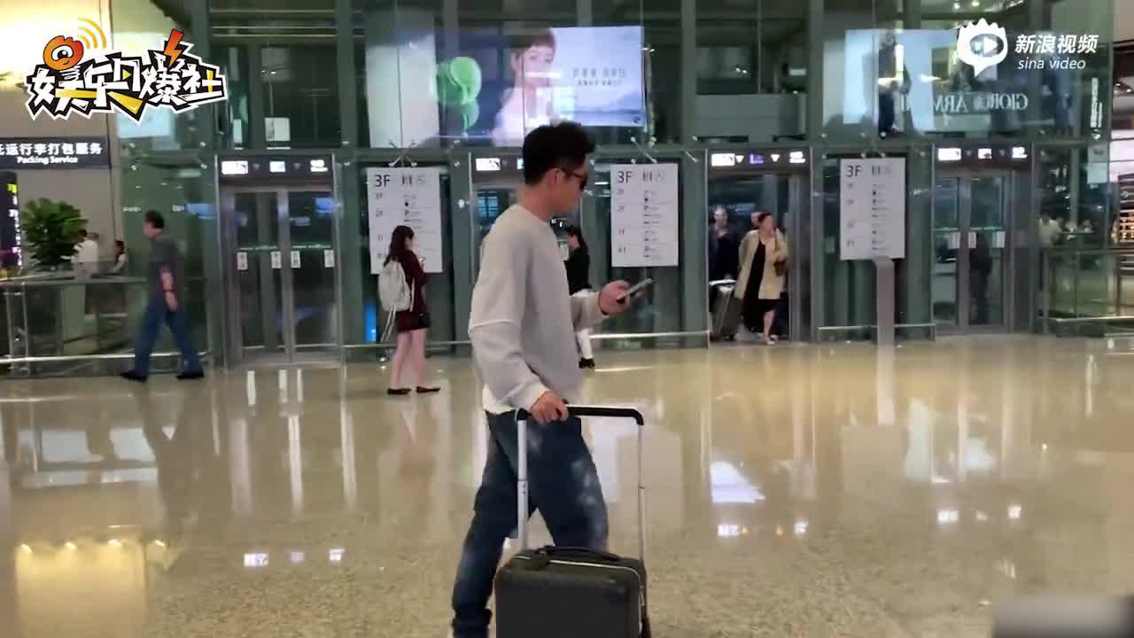视频:郑恺懒理与苗苗恋情问题  推行李亮相酷似大佬