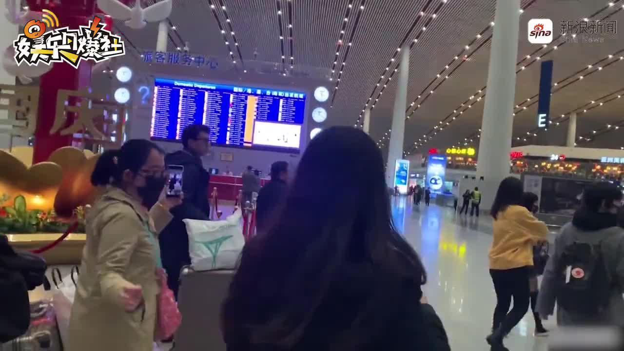 靳東機場犯迷糊  獲粉絲指路目光呆滯