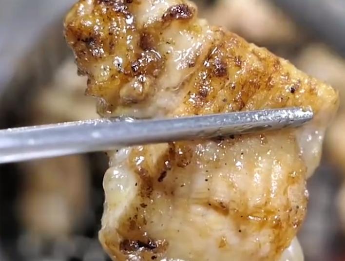 最会吃鳗鱼的日本人,活生生的直接上烤架,网友:心疼鳗鱼三秒