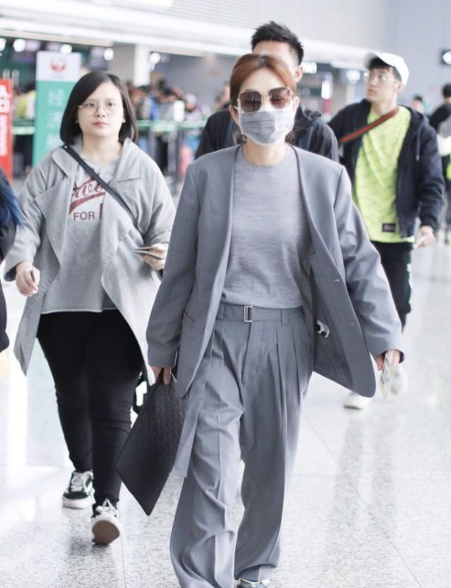 陈嘉桦走机场,一身灰色好低调