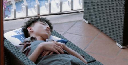 """王俊凯累到秒睡,看到他的""""睡姿""""后,网友:换我早挨打了"""