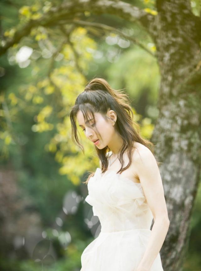 组图:李若彤穿抹胸婚纱优雅迷人 绿草地中露美背香肩气质脱俗