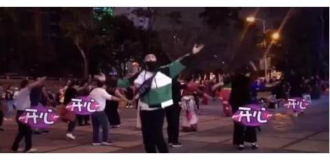 张艺兴街头与阿姨同跳广场舞,疯狂踩点毫无违和感