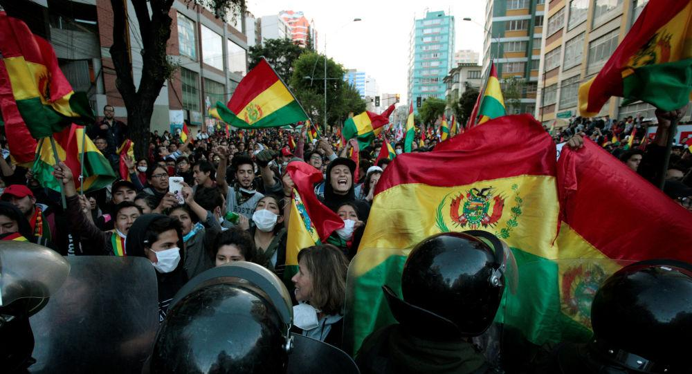 """玻利维亚总统宣布国家进入紧急状态以""""保卫民主"""""""