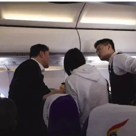 点赞!男子飞机上突然发病!沈阳医生万米高空徒手急救!