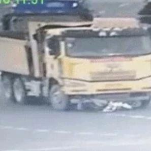 【1017丨话题】女子骑电动车闯红灯逆行,被货车拖行30多米,捡回一条命!躺在病床上要司机赔钱……