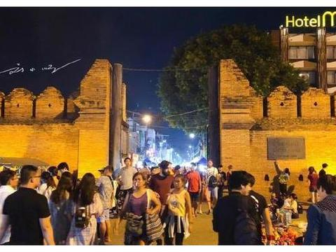 中国游客在泰国逛夜市,满眼望去都是支付宝,小摊贩说出真相