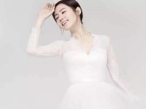 """秋瓷炫重拍婚纱照,40岁的腿挤得下""""蛇缠鞋"""",还能直成一条线"""