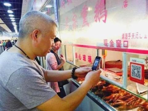游客直言中国人手机没电了,怎么扫码支付?网友表示:真无知