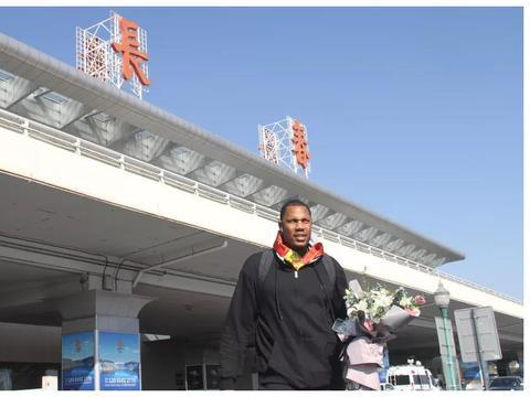 前天津外援霍尔曼抵达长春,吉林男篮管理层到场接机