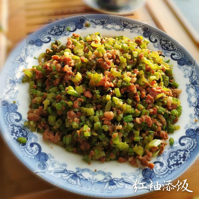 芹菜炒肉渣,喜欢吃辣的多放辣椒,卷上煎饼,是非常好吃的下饭菜