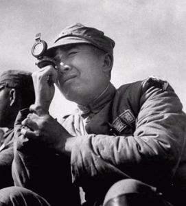 此人是国军中将,在解放战争扮演救火队长的角色,后与一村姑结婚