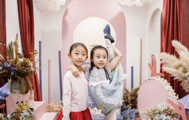 甜馨过人生第7个生日,李小璐贾乃亮错开时间,分别陪女儿做活动