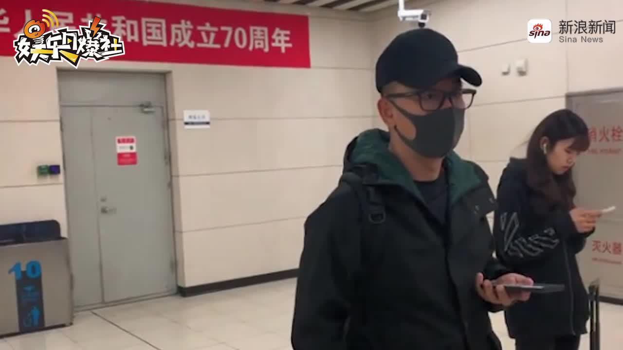 黃海波乘地鐵接兒子放學 佩戴口罩帽子全副武裝