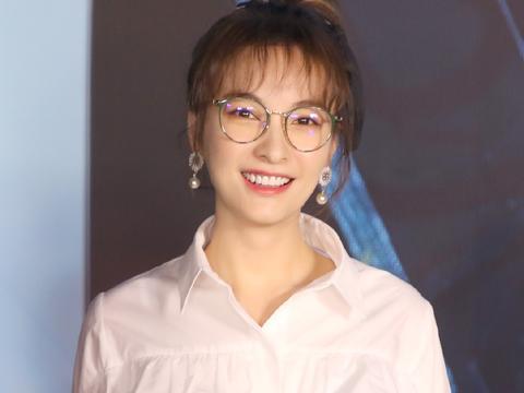 吴昕这造型90后真该学学,空气刘海白衬衫,配圆框眼镜太娇嫩了