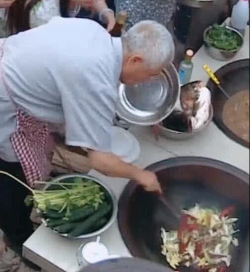 62岁赵本山隐匿后近照曝光,烧火做饭动作娴熟,头发花白不敢认