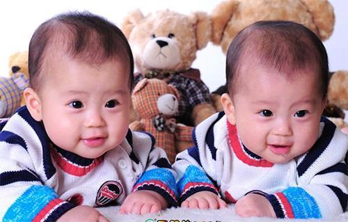 """""""电""""姓爸爸喜得双胞胎,给孩子上户口时,取的名字笑翻工作人员"""
