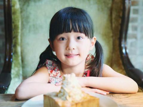 """赵薇的""""女儿""""12岁了,颜值超高不输小四月,美人胚子气质凸显"""