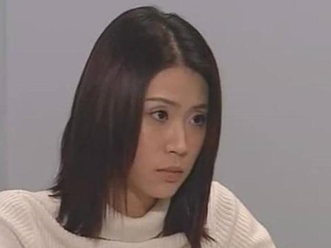 """女星刘绰琪穿衬衣裙打扮""""精致"""",但腿上的皱纹和颈纹暴露年龄"""