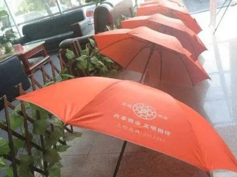"""大量""""共享雨伞""""被私自拿走,投资人却乐开花了,网友:都是套路"""
