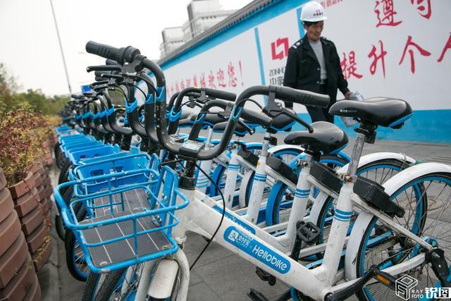 """共享单车已经""""不文明现象""""重灾区 车筐垃圾遍布 车体被人贴广告"""