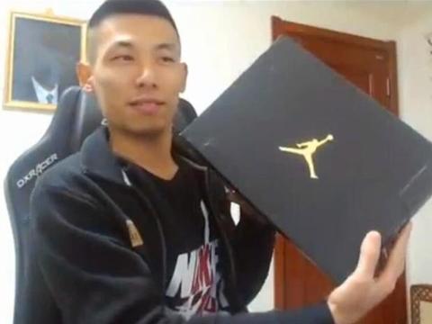 旭旭宝宝收到定制款AJ,一双鞋子价值近万,外观太丑被粉丝吐槽