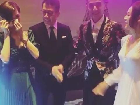 43岁陈山聪再婚伍咏薇被敬茶喜极而泣,姐弟俩20年感情得来不易