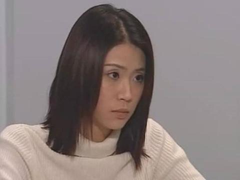 """女星刘绰琪穿衬衣裙装扮""""精美"""",但腿上的皱纹和颈纹露出年龄"""