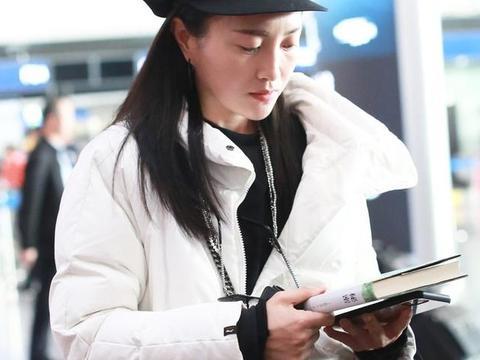 包文婧头戴着黑色的八角报童帽,对镜头比耶甜笑,十分可爱!