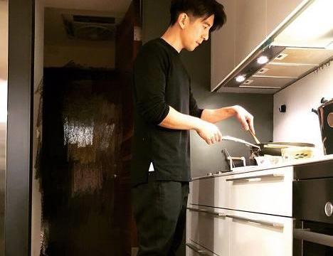 奶爸修杰楷做饭,咘咘得意争宠,Bo妞的眼神亮了,妞你要干嘛?