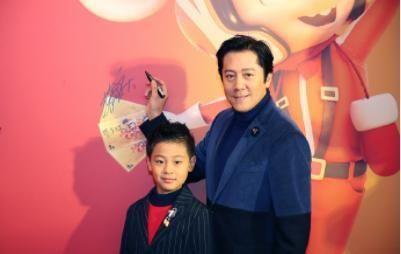 蔡国庆和儿子出席活动,儿子8岁帅成男主脸,穿西装比父亲有气场
