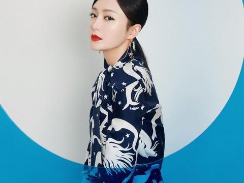 40岁秦岚秀睡衣,把黑白印花套装穿成定制款,侧分的低马尾太优雅
