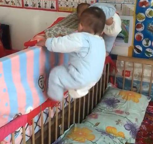 女子回房,发现双胞胎宝宝从婴儿床上不见了,查看监控后不淡定了