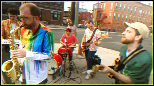 街头乐队演奏融合爵士版水果姐的《Firework》,听起来五光十色