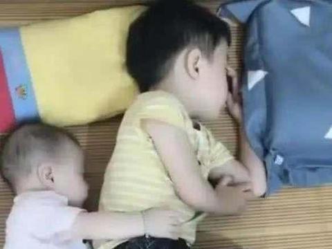 1岁妹妹和哥哥午休,妈妈被眼前的一幕暖到了