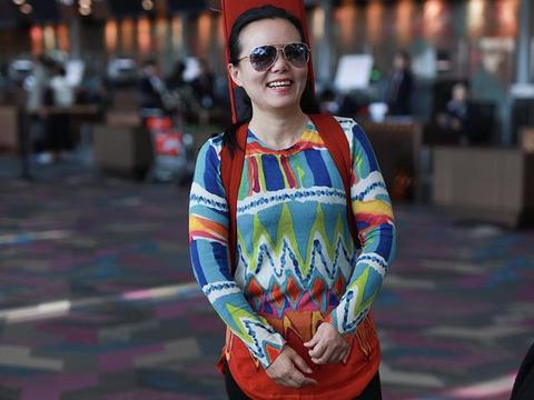 龚琳娜素颜现身机场,脸上有了老年斑,不像43岁倒像是53岁!