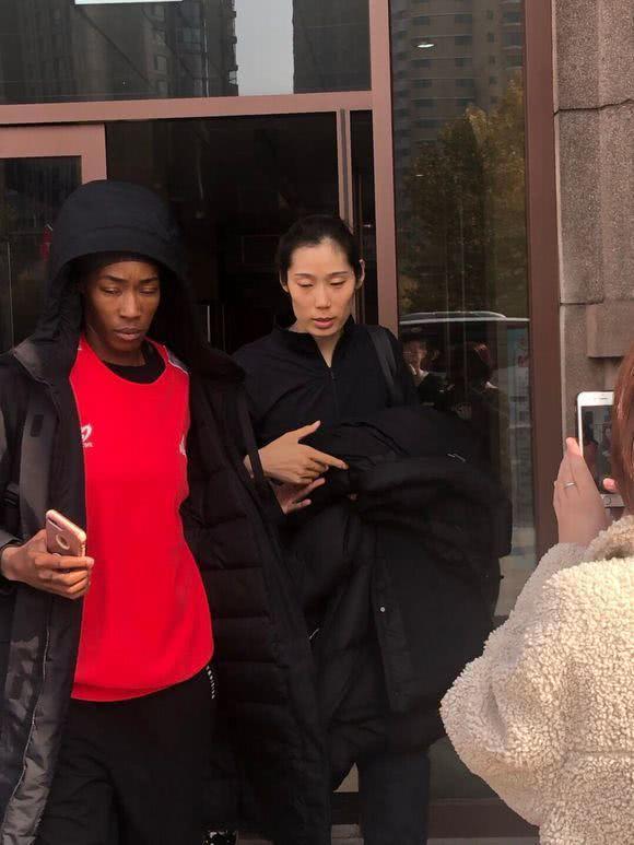 朱婷和外援胡克尔手牵手下班同住涉外公寓 胡克尔前面开路像保镖