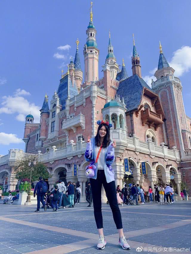 惠若琪与老公同游迪士尼大秀恩爱,笑容甜美明艳动人