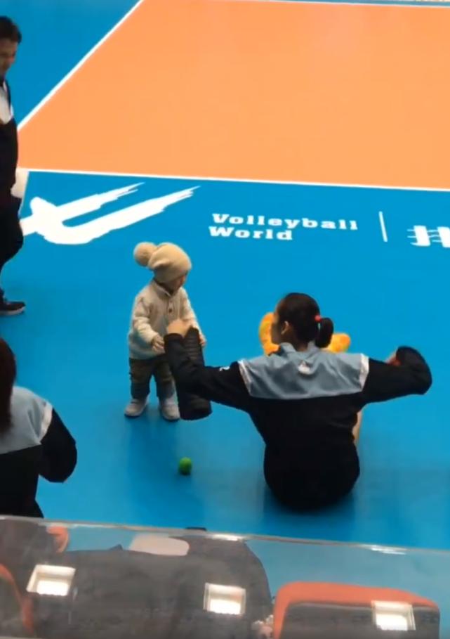 朱婷抢康复师1岁儿子玩具,小可爱装作拿球换,偷偷抱走玩具