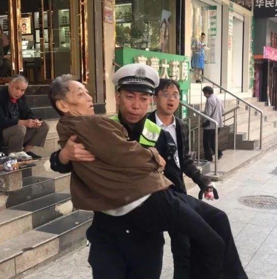 """这是抚州交警的""""公主抱"""" 网友:给满分!"""