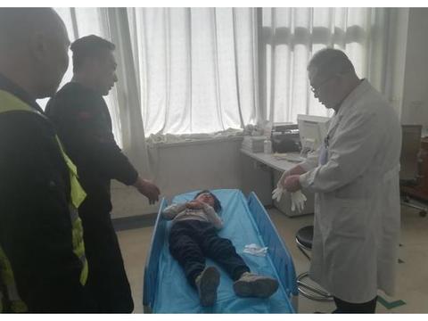 孩子从平房房顶上摔下来血流不止,平度交警紧急开道送医