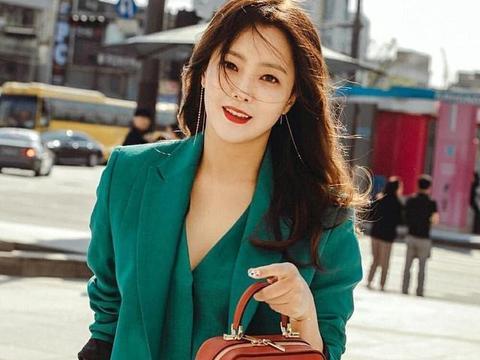 金喜善女神,你能不能不要这么美?绿色西装套装配长卷发气质惊艳
