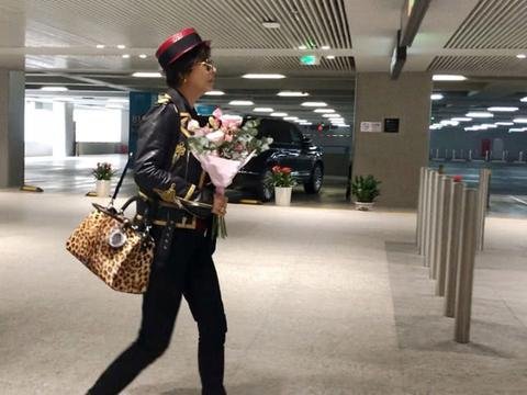 刘嘉玲皮衣搭配小礼帽,一身劲装帅如女特工,获妈妈接机满面笑容