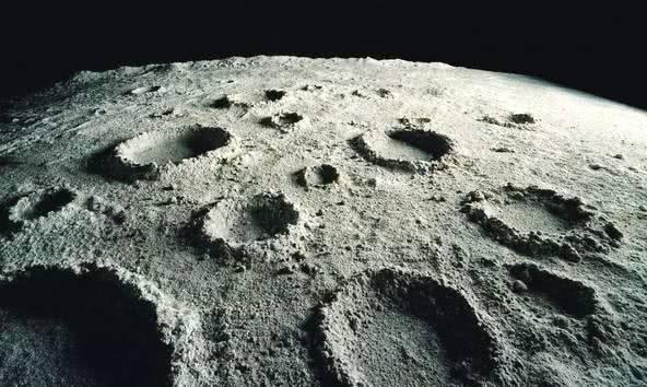 月球背面布满陨石坑,却没有陨石存在,科学家:都飞出月球了