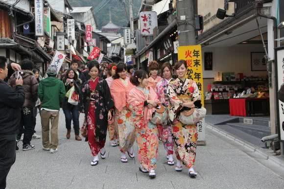 到日本旅游,在大街上看到橙色的旗帜在挥动,那是地震和海啸预警