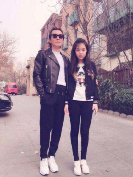 李咏17岁女儿法图麦晒自拍,穿着清凉秀身材,女神范儿十足