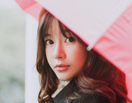 张子萱白色针织毛衣,少女感十足